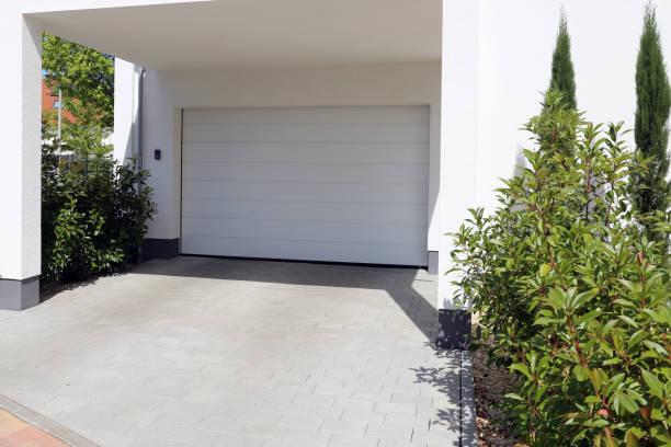 Modernes weißes Garagentor (Sektionaltür) – Foto