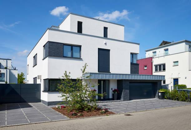 Modernes weißes Haus mit Garage – Foto