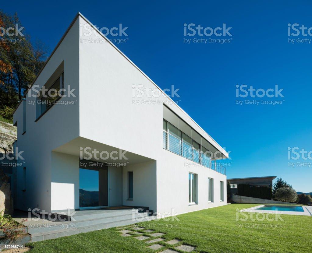 Modernes weißes Haus mit Garten – Foto