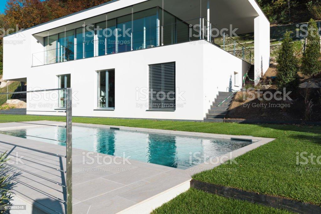 Photo libre de droit de Maison Blanche Moderne Avec Jardin banque d ...