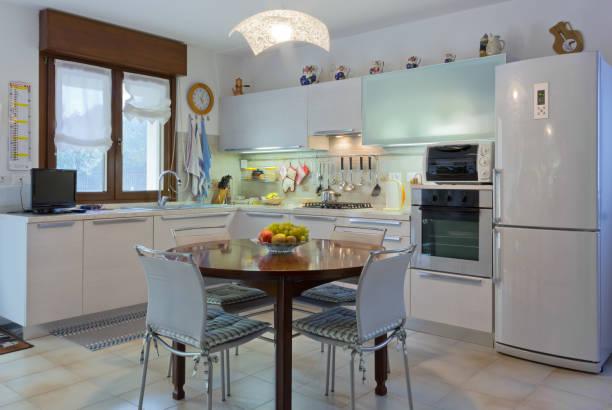 moderne weiße küche interieur - dekoration rund um den fernseher stock-fotos und bilder