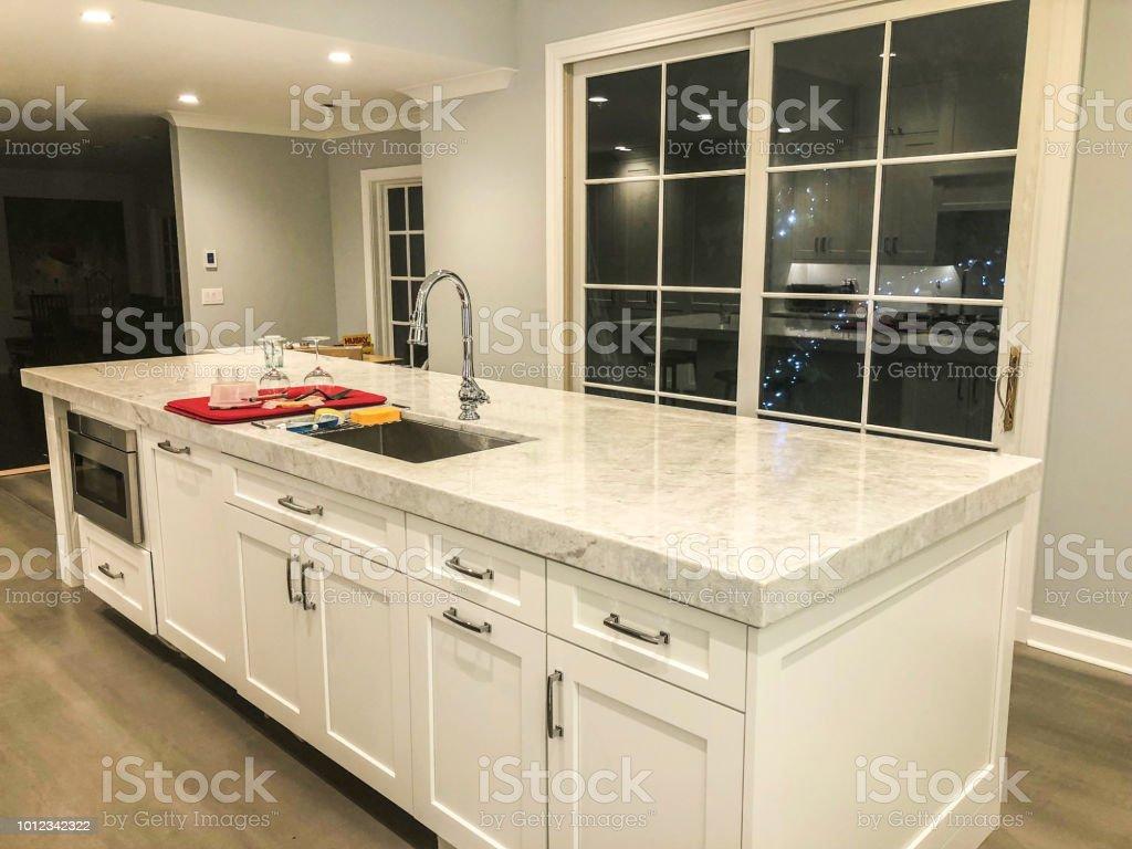 Au Comptoir Du Carrelage photo libre de droit de cuisine avec comptoir de marbre et