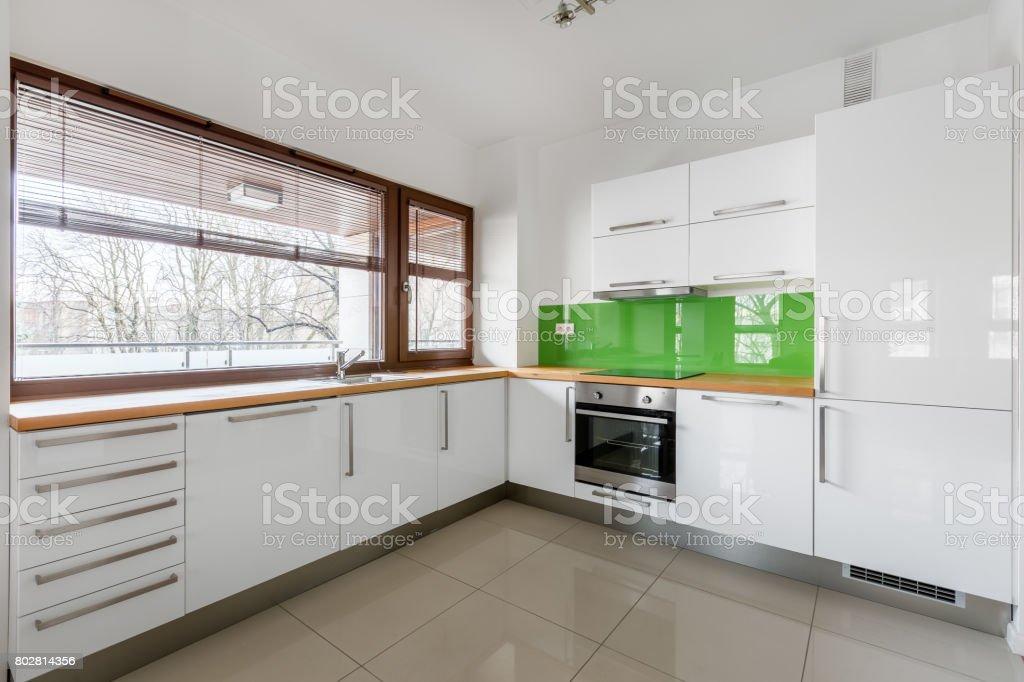Moderne Weisse Kuche Mit Fenster Stockfoto Und Mehr Bilder Von Arbeitsplatte Istock