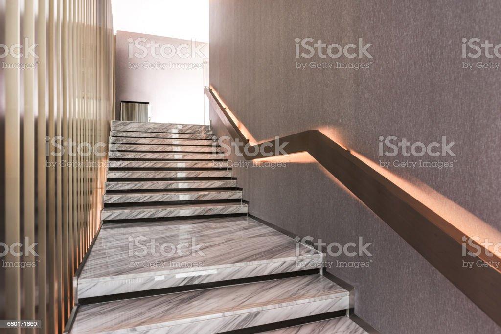 Moderne witte marmeren trap voor luxe interieur stockfoto en meer