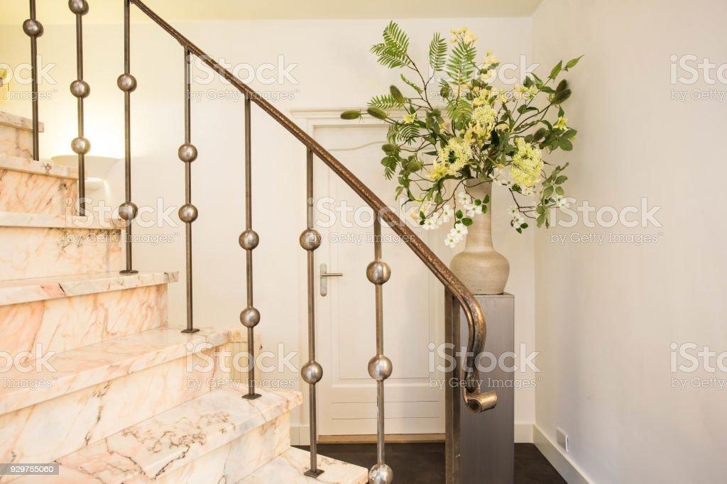 Moderne weiße Treppe mit weißen Blüten in Keramikvase in einem Herrenhaus – Foto