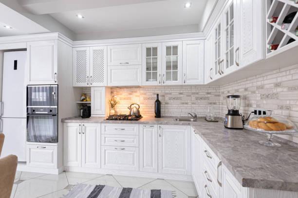 nowoczesne białe drewniane wnętrze kuchni - kuchnia zdjęcia i obrazy z banku zdjęć