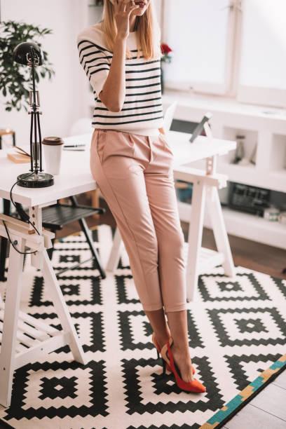 femme moderne travaillant dans son bureau - mode bureau photos et images de collection