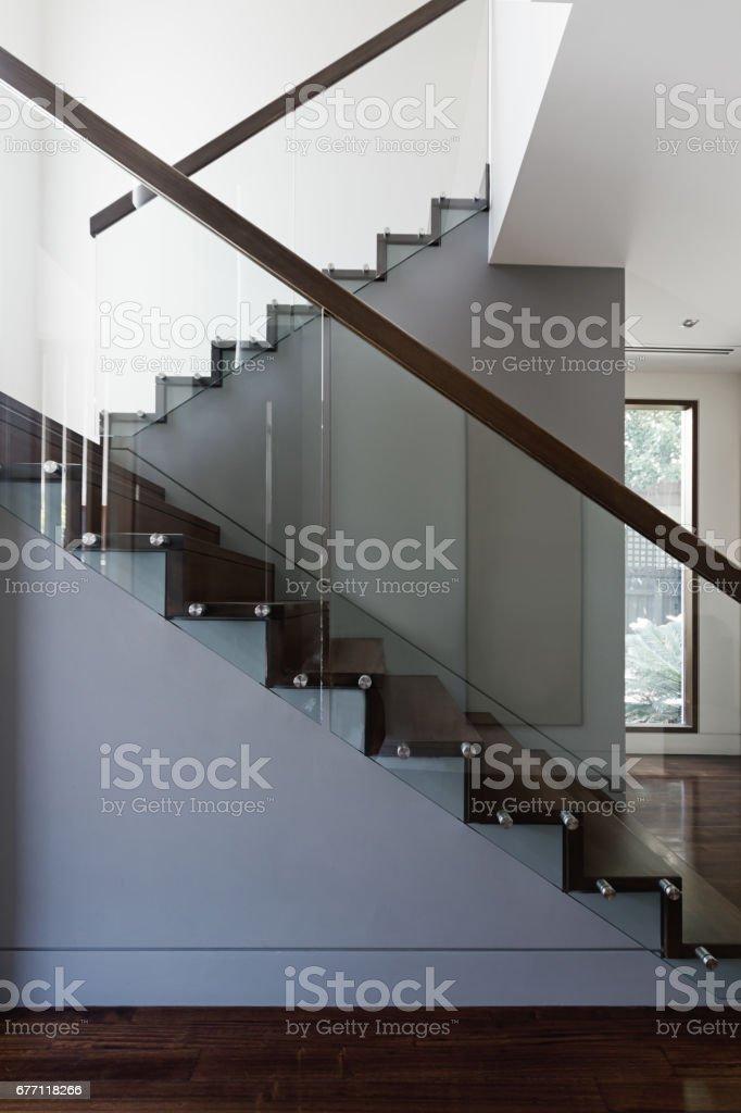 Escalier Moderne En Bois Et Verre Dans Maison Contemporaine – Photos ...
