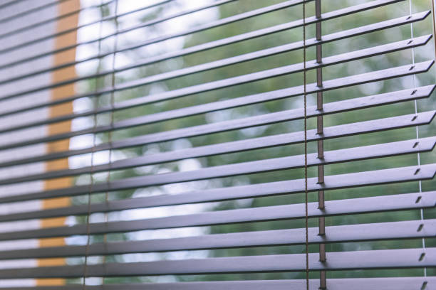 Modernas persianas de madera para hogar y oficina - antiguo vintage look - foto de stock