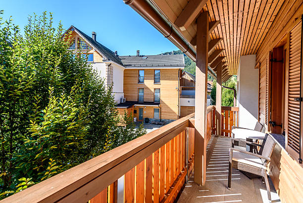 modern wooden terrace - balcony with table and chairs. - hotel in den bergen stock-fotos und bilder