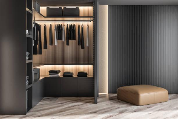 Moderne hölzerne Garderobe mit Kleidung, die auf der Schiene in Gehweg in Schrank Design Innenraum hängen. 3D-Rendite – Foto