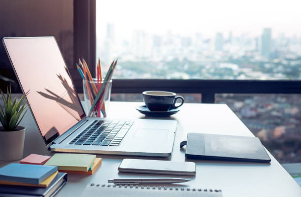 modern work table with computer laptop and cityscapes view from window.business concepts ideas - material imagens e fotografias de stock