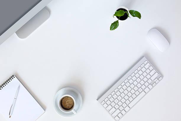 Modernes Training auf weißer Schreibtisch – Foto