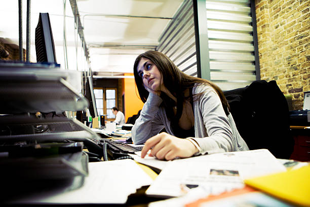 Überarbeitete office professional ruhen Ihren Kopf in den Händen – Foto