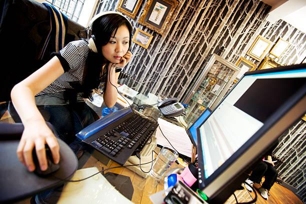 Media professionellen bearbeiten Ihre Arbeit am computer – Foto