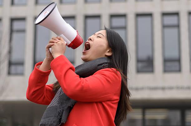 modern young chinese woman protesting - aktivist stock-fotos und bilder