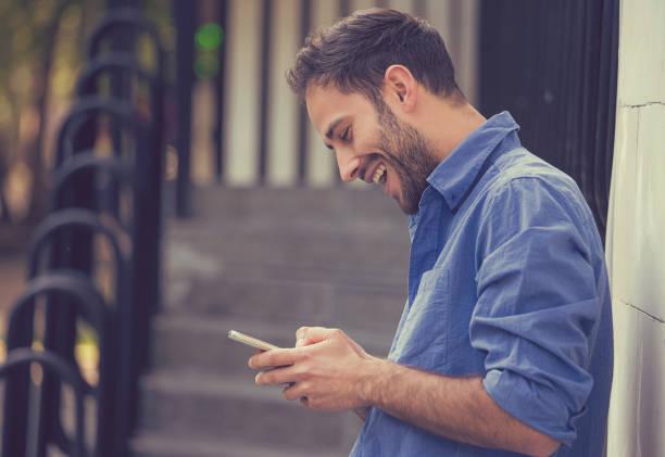 路上でモバイルと現代の若い男 ストックフォト
