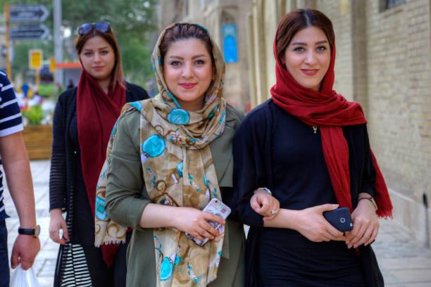 moderne, junge iranische frauen tragen hijab, shiraz, iran. - iranische stock-fotos und bilder
