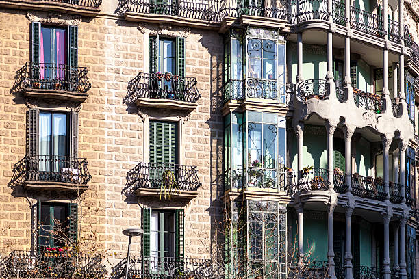 modernism building in eixample district in barcelona - carlosanchezpereyra fotografías e imágenes de stock