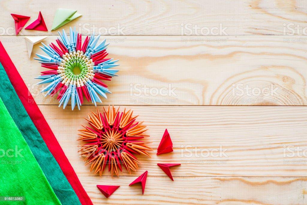 Flores De Origami Modular Sobre Fondo De Madera Rústica Con