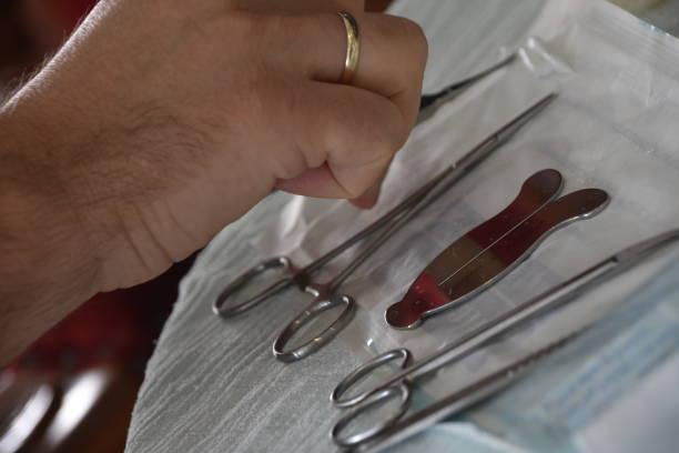 un mohel organise pour la cérémonie de circoncision - circoncision photos et images de collection