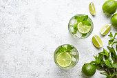 長い飲み物伝統的な新鮮なトロピカル飲料トップ ビュー バー モヒート カクテル アルコール コピー スペース 2 つハイボール グラス