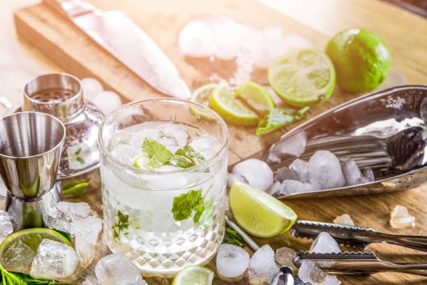 Mojito cocktail avec des ingrédients. Verre pour accessoires - Photo