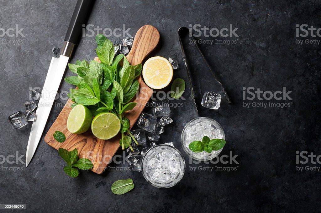 Mojito cocktail making foto