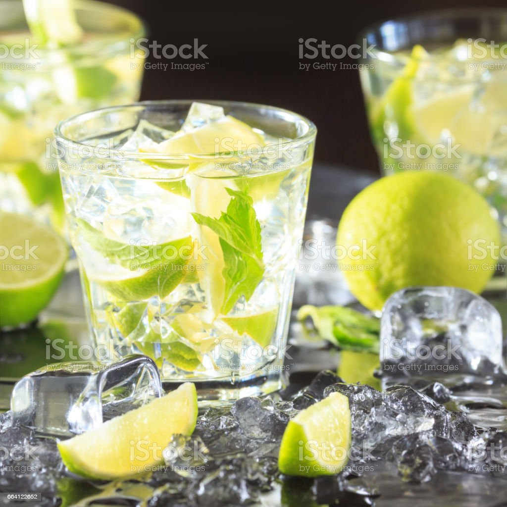 Mojito cocktail on a dark background with lime and ice foto stock royalty-free