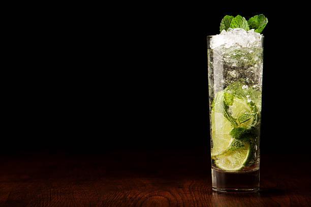 Mojito Cocktail auf einem Holztisch – Foto