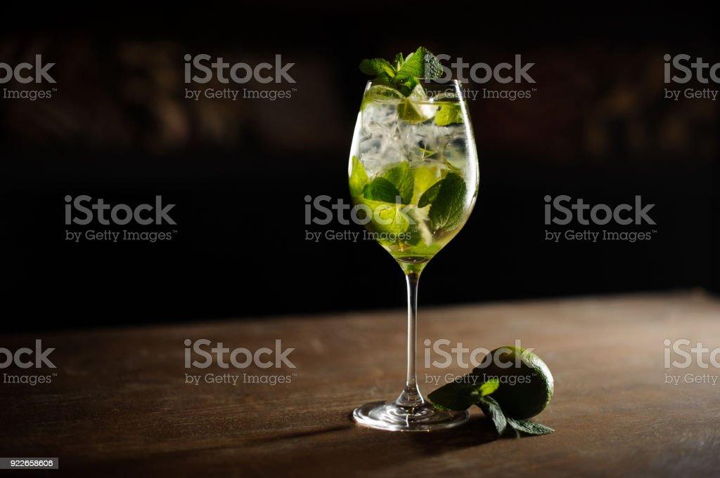 Mojito cocktail mit Limette und Minze in Highball-Glas auf einem dunklen Stein Hintergrund – Foto
