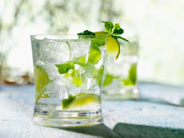 mojito mit minze-limette-rum & weiß - cocktails mit wodka stock-fotos und bilder