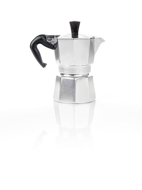 moka pentola italiano, macchina per il caffè espresso bollitore per il caffè e il suo riflesso - argento metallo caffettiera foto e immagini stock