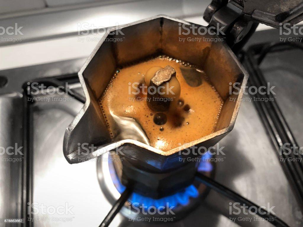 Moka con café en la parte superior de la estufa. Cafetera italiana tradicional. - foto de stock