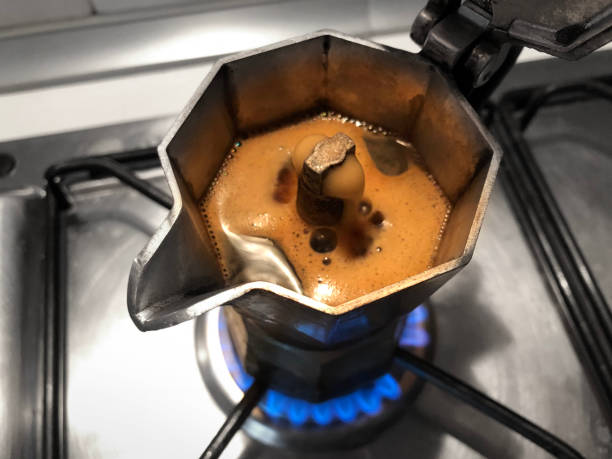 moka kaffee auf dem herd. traditionelle italienische kaffeemaschine. - mocca stock-fotos und bilder