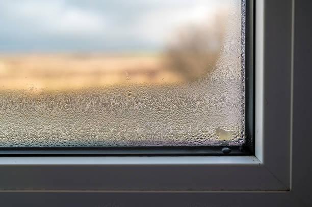 schimmelvorming door mist vensterruit door slechte ventilatie van de kamer - luchtvochtigheid stockfoto's en -beelden