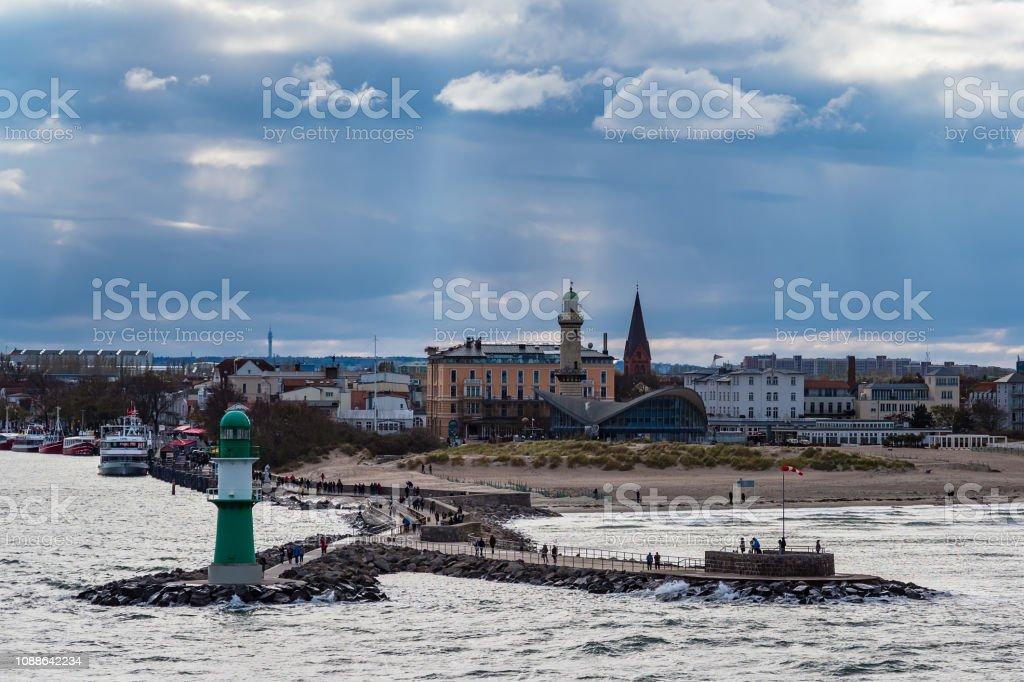 Mole an der Ostseeküste in Warnemünde, Deutschland – Foto