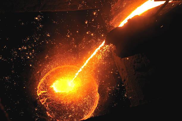 le fer en fusion - plomb en métal photos et images de collection