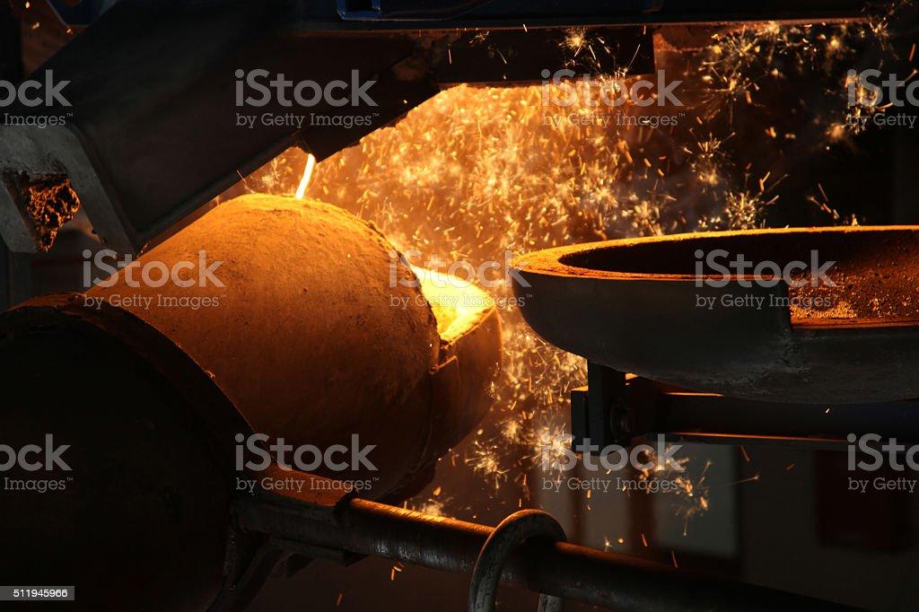 Métal liquide versé à Fonderie - Photo