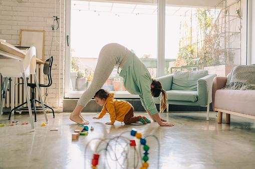 Mama Und Baby Junge Yogamachen Zusammen Stockfoto und mehr Bilder von 12-23 Monate