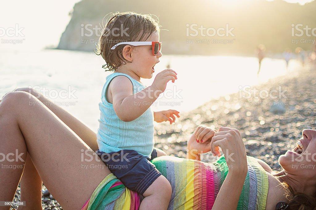 Mom and baby daughter happiness on beach royaltyfri bildbanksbilder