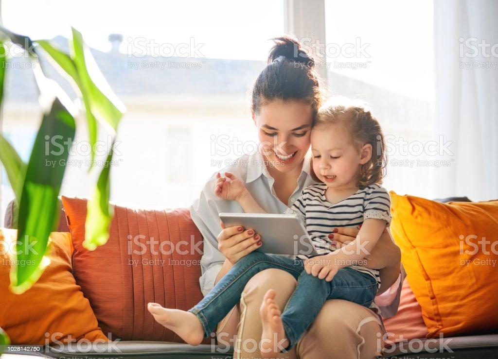 Mutter und Kind mit tablet – Foto