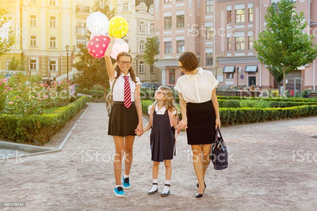 Anne ve çocuklar elele, okula git. - Royalty-free 13 - 19 Yaş arası Stok görsel