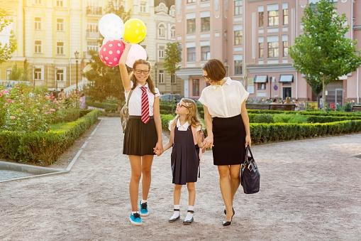 Anne Ve Çocuklar Elele Okula Git Stok Fotoğraflar & 13 - 19 Yaş arası'nin Daha Fazla Resimleri