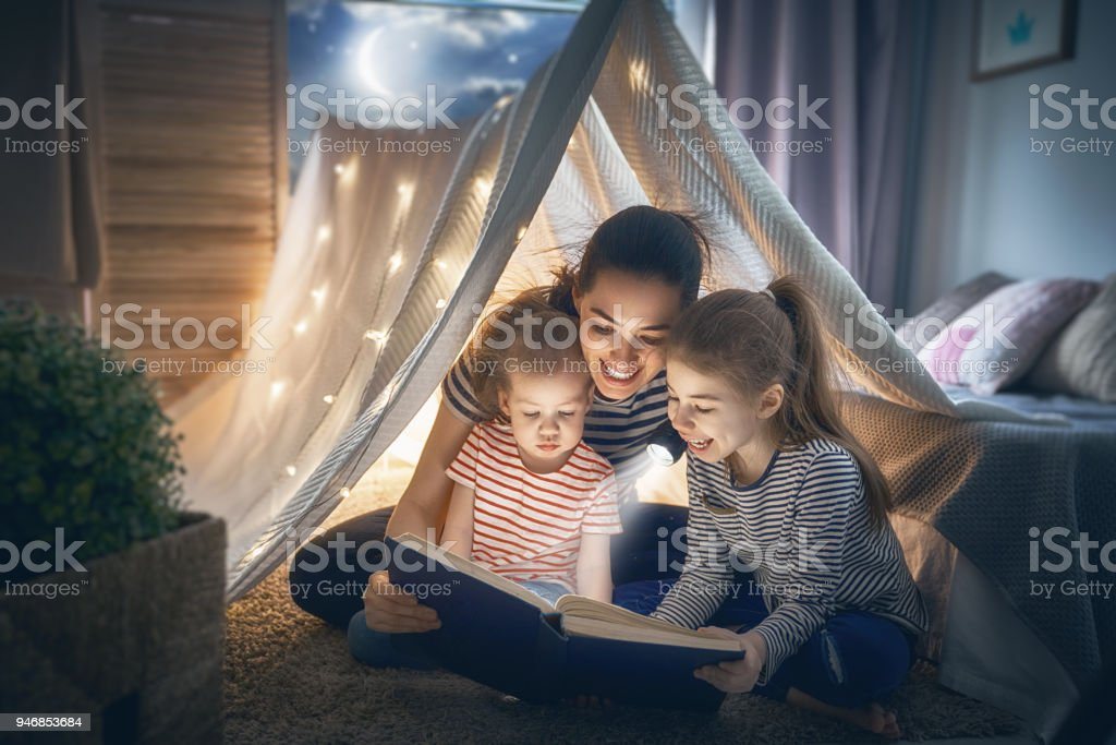 Mom and children reading book foto stock royalty-free