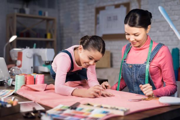 mãe e filha estão trabalhando juntos na criação de roupas. - landscape creation kit - fotografias e filmes do acervo