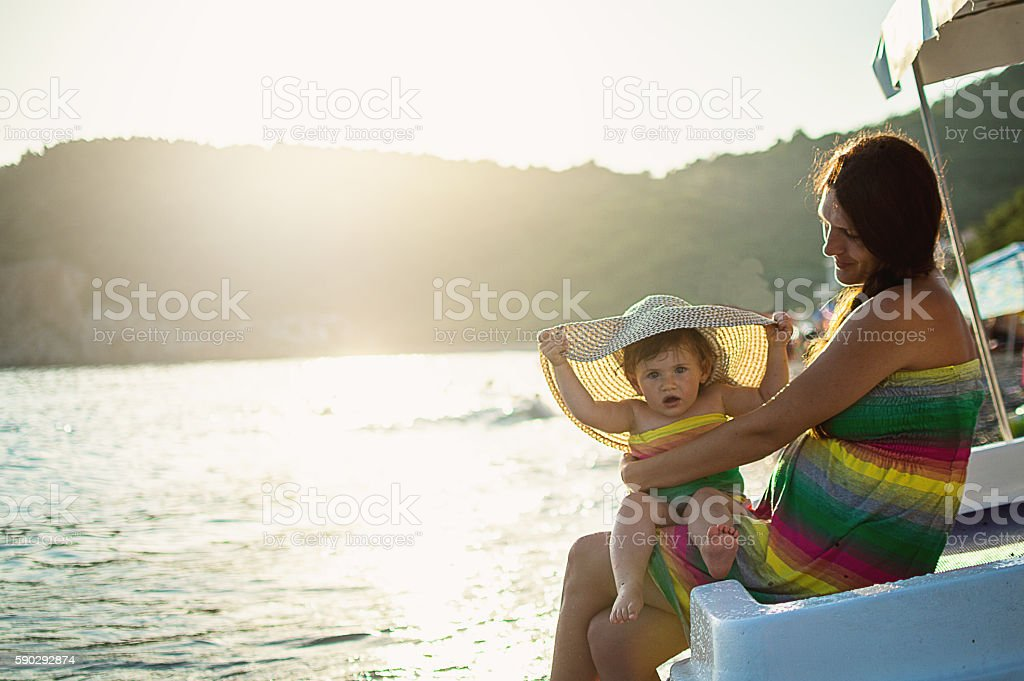Mom and daughter on beach royaltyfri bildbanksbilder