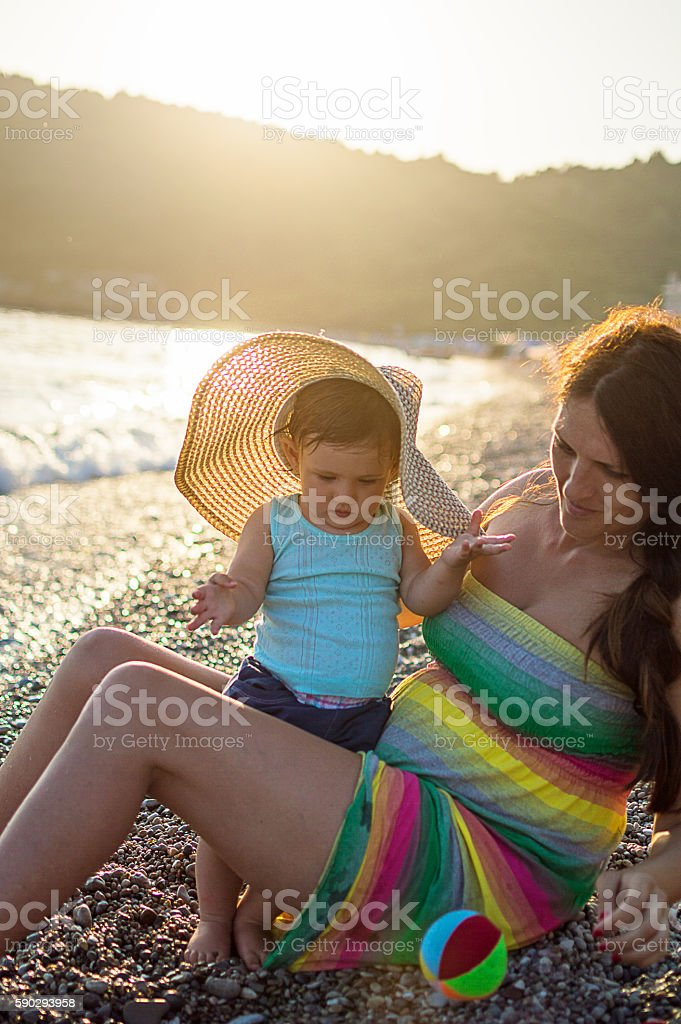 Mom and daughter playing on beach royaltyfri bildbanksbilder
