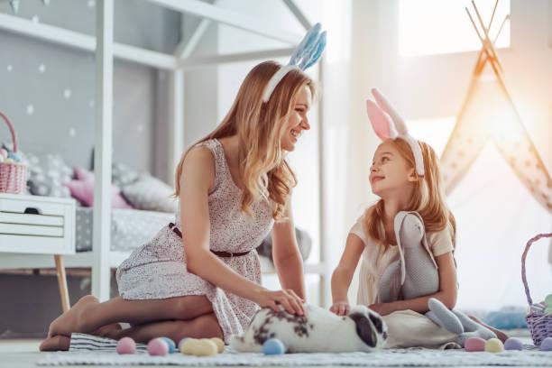 mãe e filha se preparando para a celebração da páscoa - familia pascoa - fotografias e filmes do acervo