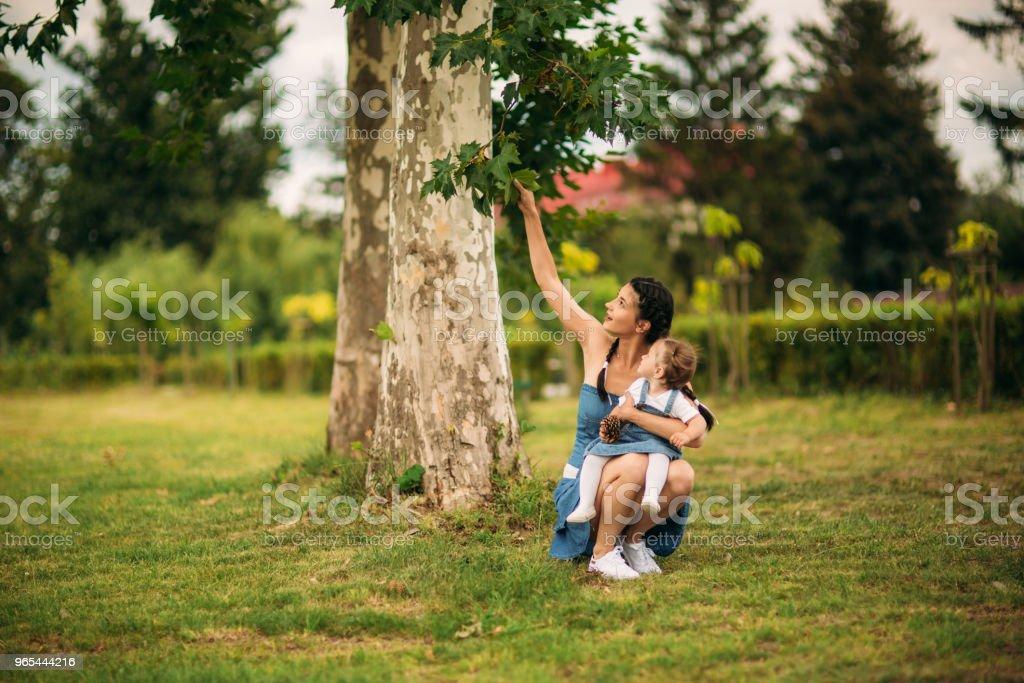 mère et fille souriante et s'amuser - Photo de Adulte libre de droits